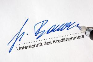 Unterschrift für einen Kredit auf einem Kreditvertrag